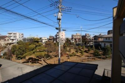 都道521号線、通称「陣馬街道」までには「美富士園」という造園屋さんがあり、いろいろな庭木が栽培されています。