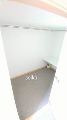 ベット下や横には収納スペースがあります。