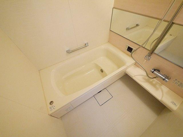 足がのばせる一坪浴槽です。