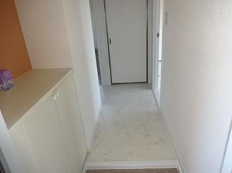 玄関も、ホワイトトーンで、明るいですね!下駄箱の上はアクセントクロスで、モダンです!