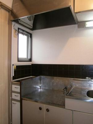 使いやすい窓付きのキッチンです。フェニックス