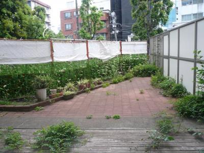 ※庭は専用使用できるものの、共用部であるため、使用を制限される場合があります。 日常の清掃や植栽の手入れは入居者で行っていただきます。 南青山リハイム