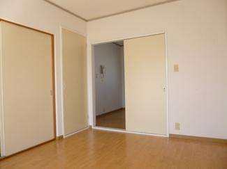 床色も明るいので、お部屋全体も明るめな雰囲気になっています♪