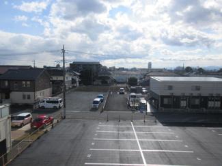 建物南側駐車場です!綺麗に舗装整備されております。2台目以降3,000円(消費税別途)となります。