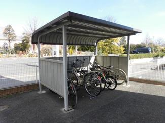駐輪場、並びにバイク置き場となります。