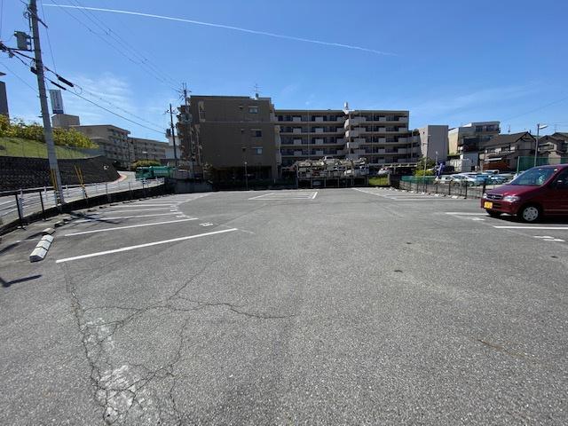 ラフォーレ学園前駐車場