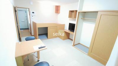 同タイプ室内:収納付きベッド、TV付き。小さな収納棚もあります。