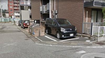 駐車場とゴミステーションです