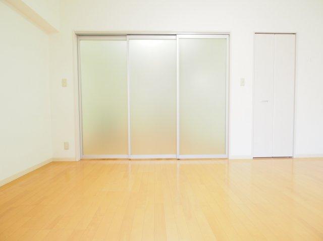 透明感のある間仕切りでお部屋が広く感じます