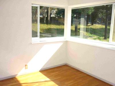 洋室にはコーナー出窓あり、日差しが差し込みます。