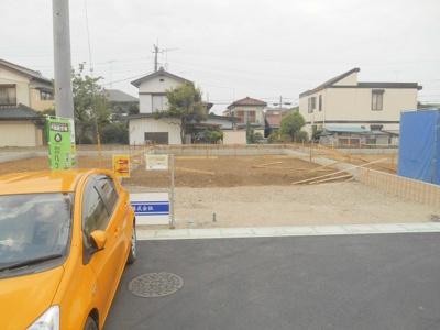 4号棟の場所です。この砂利のところが駐車場になります。