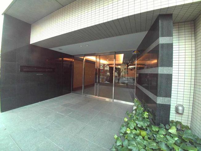 レジディア文京本駒込は、本郷通り沿いに建つ高級賃貸マンションです。