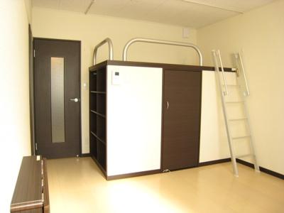 同タイプ居室:ウォークインンクローゼットの上部がベッドスペースです。