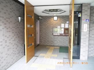 正面玄関入口、高級感のある造りとなっています。(^_-)-☆