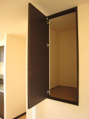室内洗濯機置場に収納棚つきです