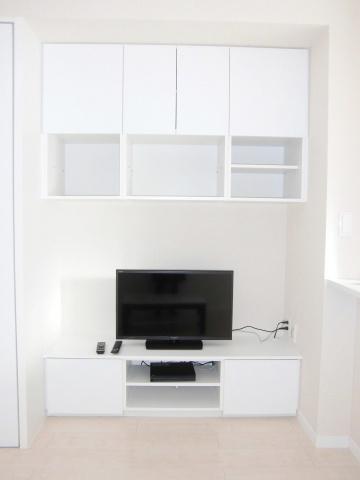 液晶テレビや収納棚が有ります。