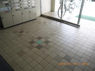 清潔感と歓迎感があるエントランスホールです。