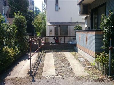 専用駐車場、左はバイク専用駐輪場です