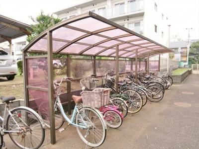 屋根付き駐輪場、隣接してバイク置き場もございます。
