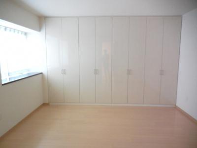 白を基調とした可愛い洋室です。