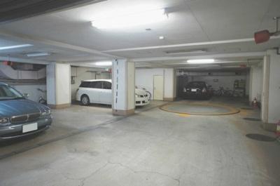 セキュリティの良い地下駐車場