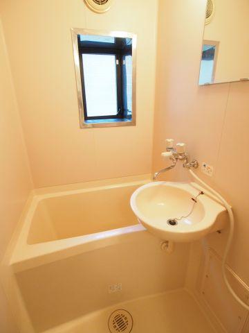 フラット代々木上原 窓のある爽やかな浴室