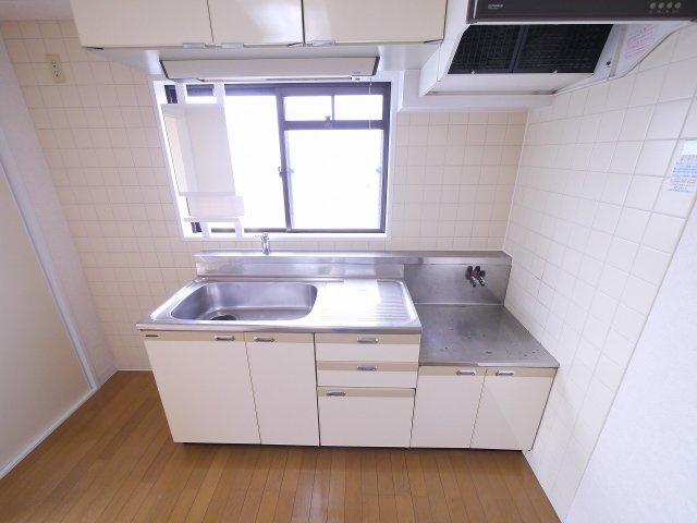 キッチンには小窓ございます
