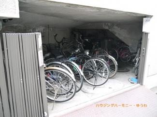 建物内に、屋根付き駐輪場有り。