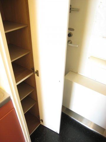 廊下に収納スペースが有ります