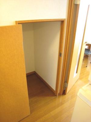 液晶テレビ付き、棚もあるので細かいものなどが収納できます