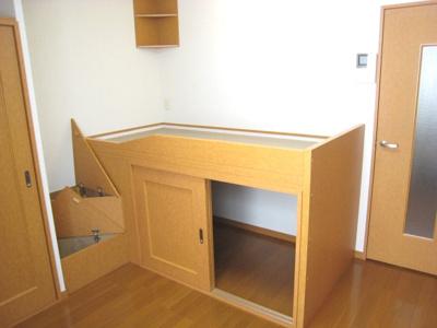 造り付ベットは、就寝スペースとしてもご利用できます。 下は収納スペースになっています。