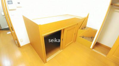 テーブルは折りたたむと居室を広く使えます。(TVのサイズは異なる場合があります)