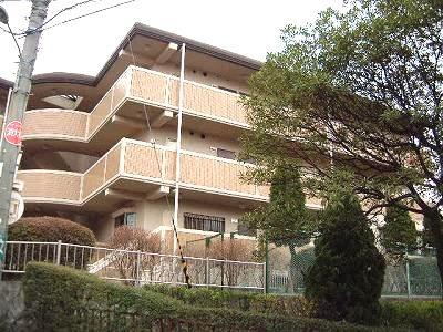 鉄筋コンクリート造の3階建て賃貸マンション★