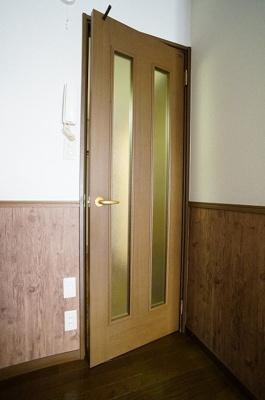 扉はすりガラス入りなので、明るさを取り込めます!