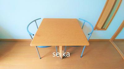 折り畳み式テーブルや椅子が付いています。