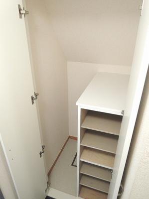 階段上がってすぐ、窓付きの収納スペースです。