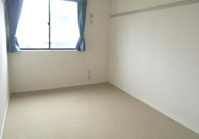 メゾネットタイプ。室内階段で2階へ。
