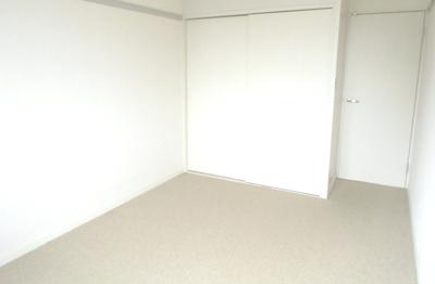 2階の洋室。カーペット敷きです