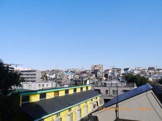閑静な住宅街に立地しており、眺望も良好です。