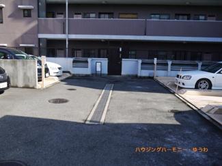 敷地内に、広々とした駐車場があります。