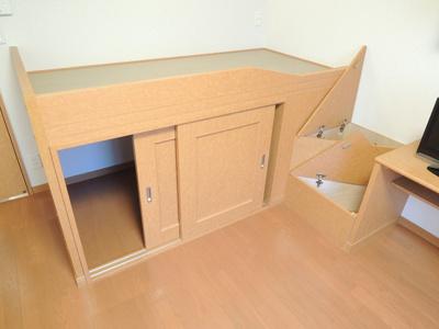 ベッド台。下は大型収納。ステップも収納になっています。