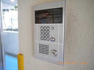 エントランス入り口は安心のオートロック仕様です。