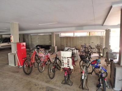 屋根付き駐輪場 無料です!雨に濡れずに荷物の積み下ろしが出来て便利ですね!