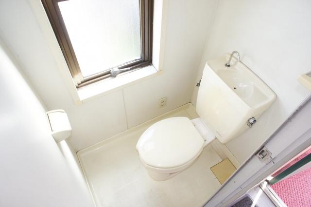 南向きの明るいトイレです。