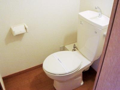 ベッドの下が大きめの収納になっています!