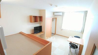 同タイプ居室:備え付けの机は折りたたみ可能!