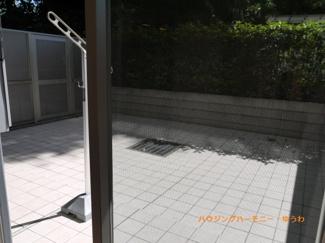 プライベート感あるタイル敷きの35平米超の専用庭です。