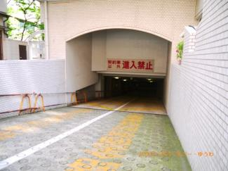 地下に、ビルトイン駐車場があります。