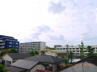 閑静な住宅街に建ち、眺望も良好です。