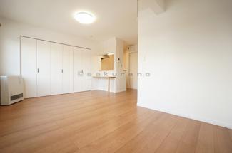 13帖の広々とした洋室。家具を置いても窮屈を感じることはなさそう。シンプルでむだのないデザインは、どの家具を置いても空間と調和します。